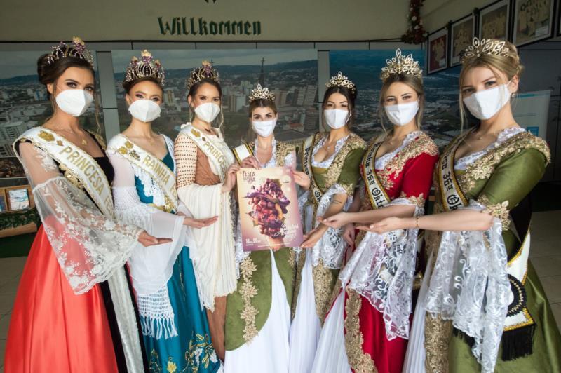 Comitivas da Oktoberfest Blumenau e Festa da Uva visitam 36ª Oktober