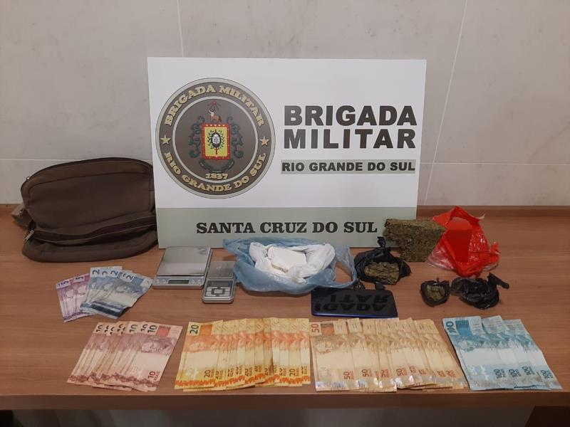 Foram apreendidas porções de cocaína e maconha, dinheiro e balanças de precisão