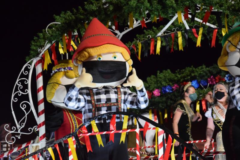 Desfile Temático ocorre 12h30min, na Avenida Oktoberfest, dentro do Parque