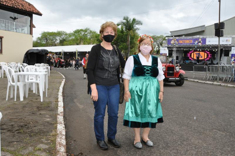Prestigiar a Oktoberfest já virou tradição para Claudete e Ioni