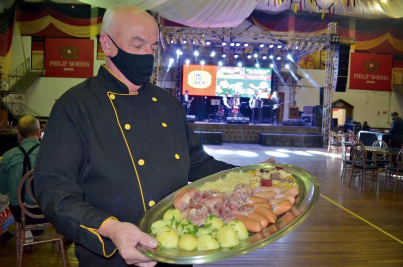 Um dos pontos fortes da Oktober está na gastronomia, que oferece opções de pratos e lanches para todos os públicos