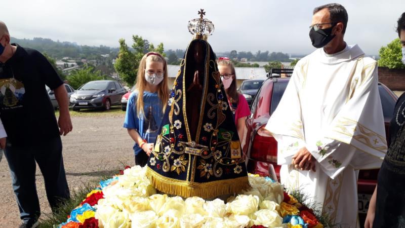 Programação iniciou com missa, com a presença da imagem da santa e ofertas dos fies