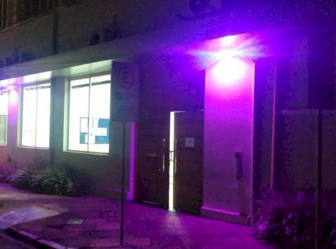 Câmara de Vereadores recebe iluminação especial em alusão ao Outubro Rosa