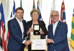Prefeita Helena Hermany recebe a medalha da 55ª Legislatura da Assembleia Legislativa